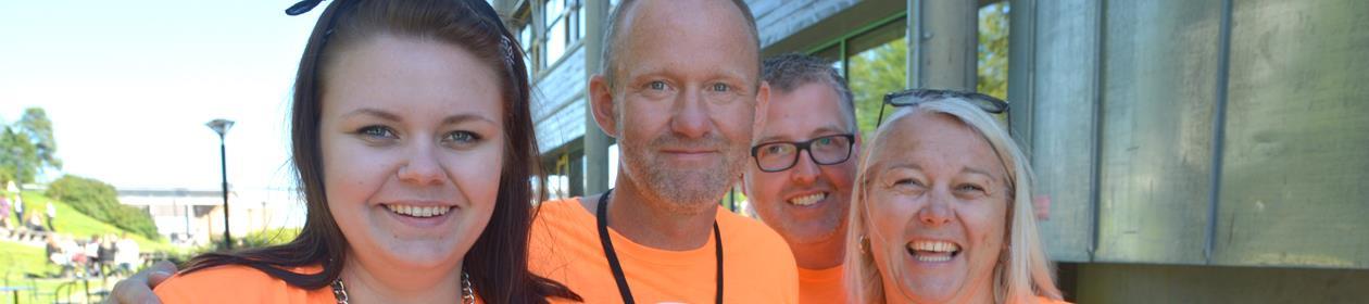 Trude Ramstad og kolleger i oransje t-skjorter med Første semester-logo