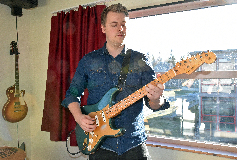 Gutt spiller gitar