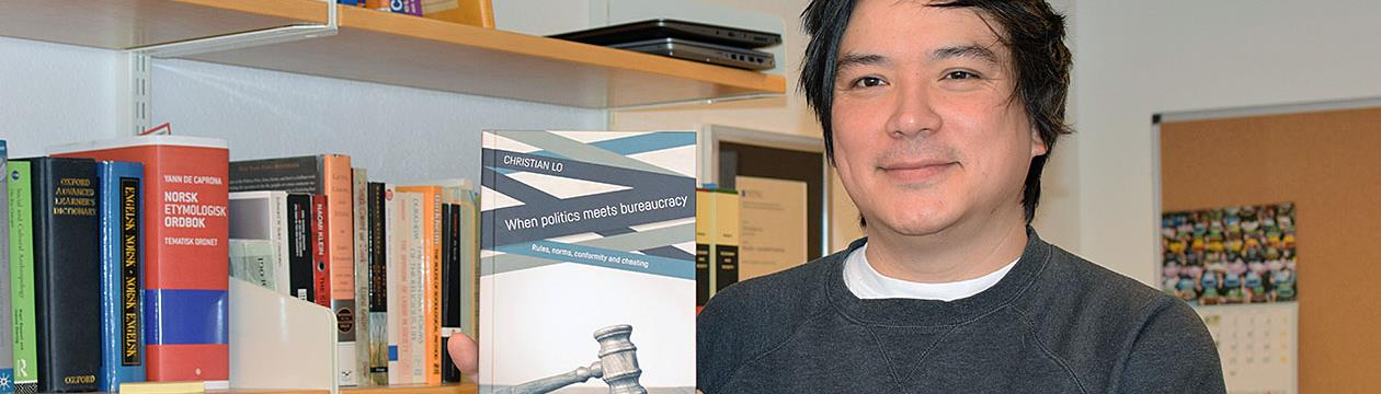 Christian Lo poserer med boken