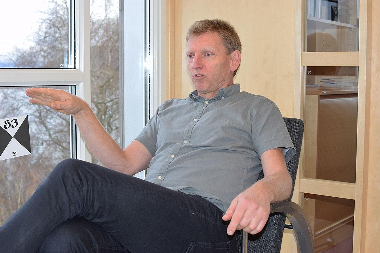 Ivar Svare Holand sitter i en stol og forteller engasjert om prosjektet