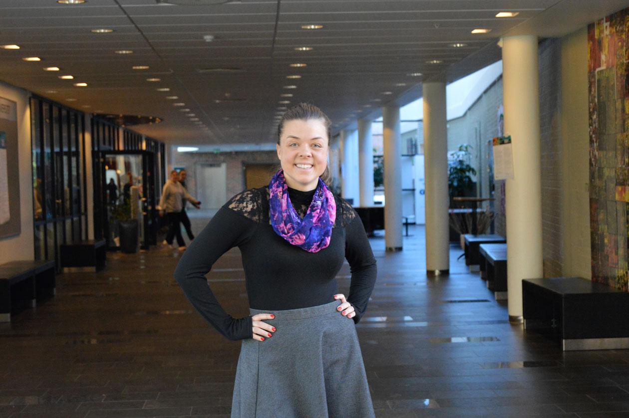 Kristine Dybdahl smiler til kameraet ved Nord universitet i Bodo