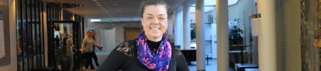 Kristine Trymbo poserer i Gråsona ved Nord universitet