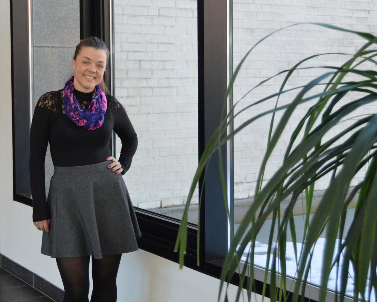 Kristine Trymbo står ved vindet i Gråsona ved Nord universitet
