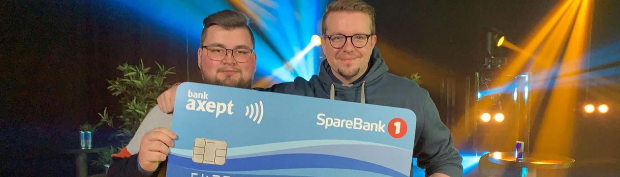 Steffen Engan og Kristinn Thor Schram Reed viser stolt fram premien på 6000 kroner for beste spilldesign.