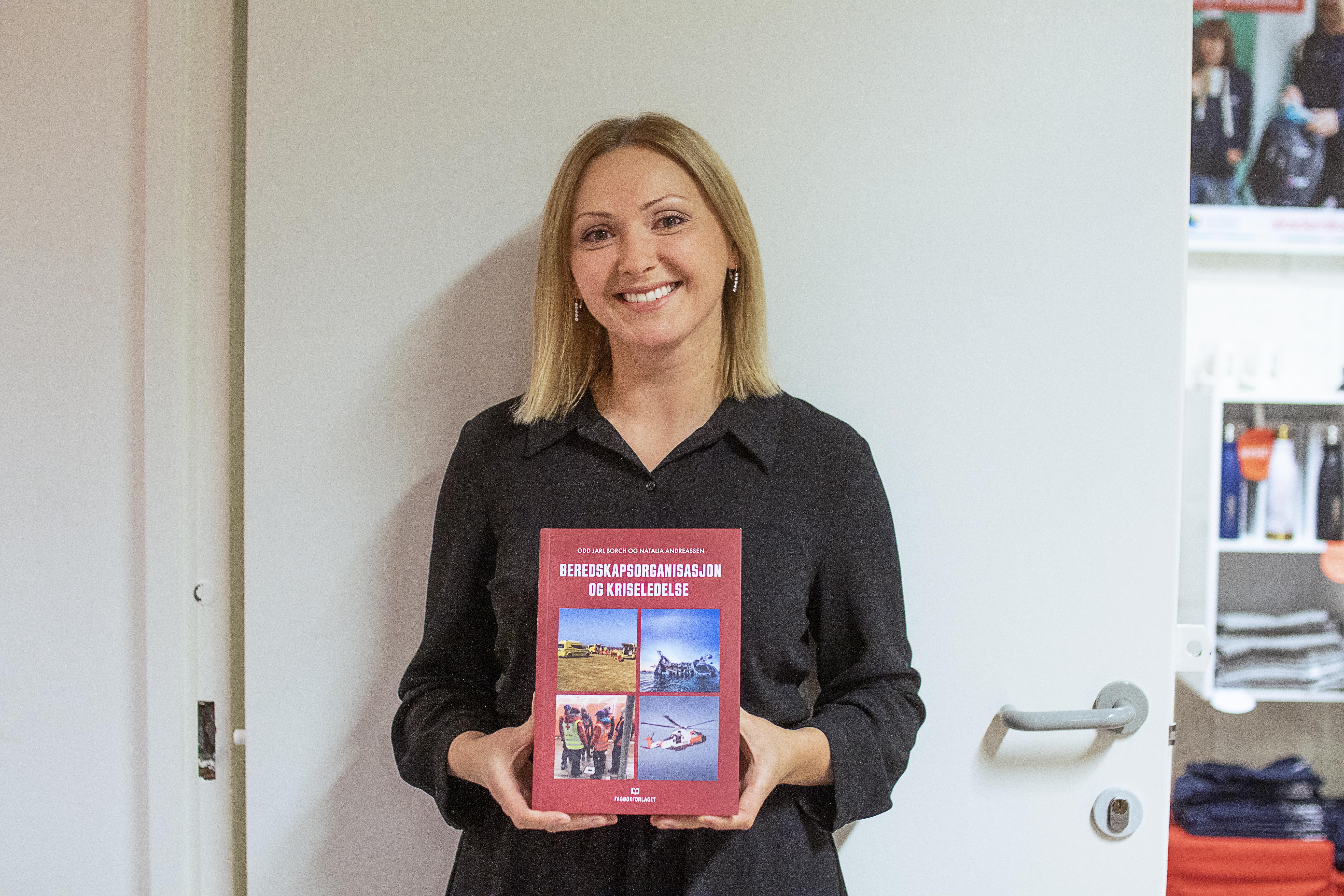 Natalia Andreassen er bokdebutant med den nye fagboken om beredskapsorganisasjon og kriseledelse