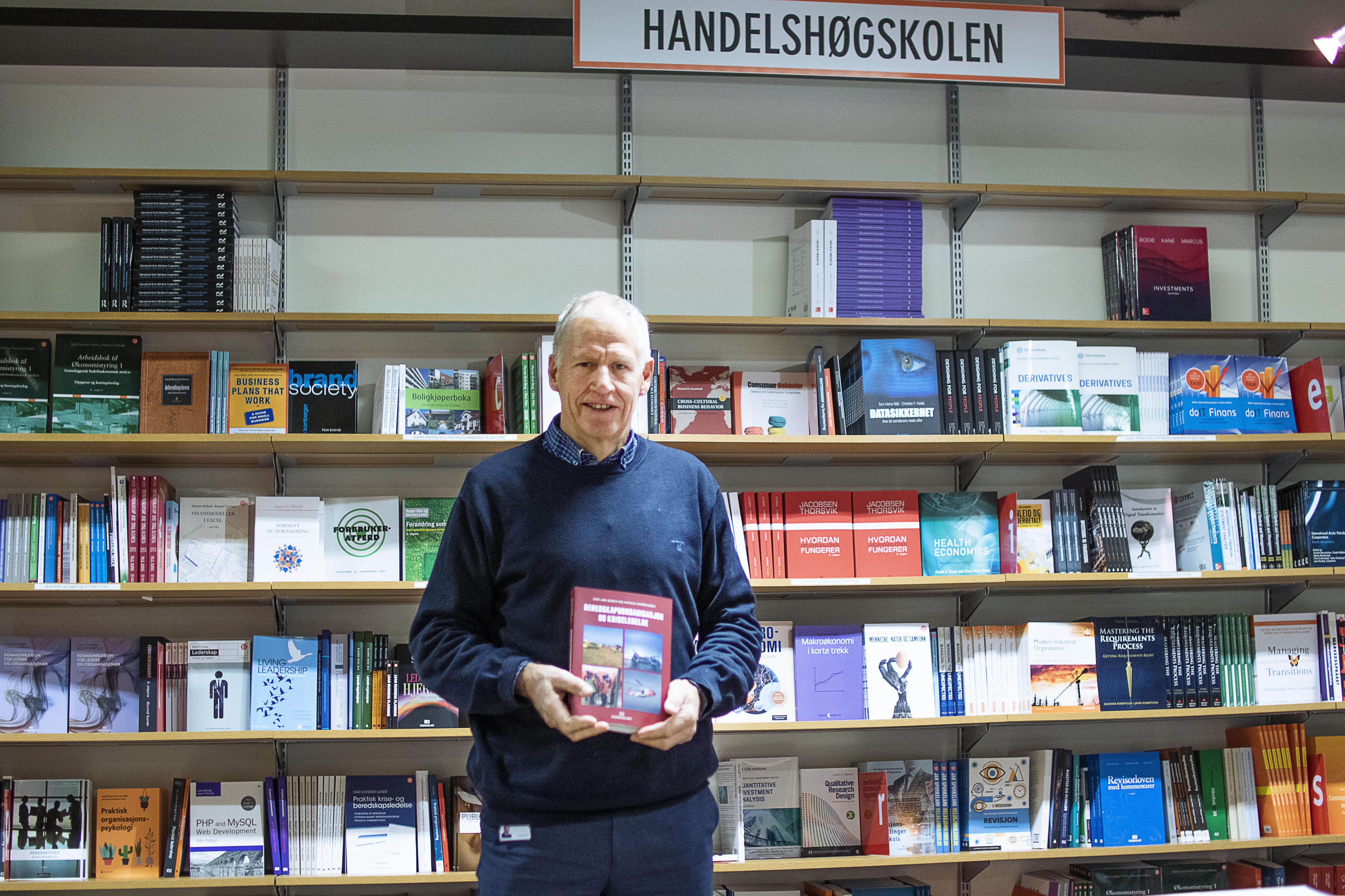 Odd Jarl Borch med boken sin om beredskapsledelse på Akademika i Bodø
