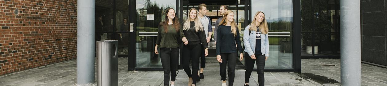 Studenter ved hovedinngang Bodø