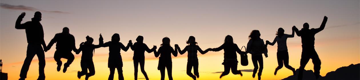 Internasjonale studenter i solnedgang