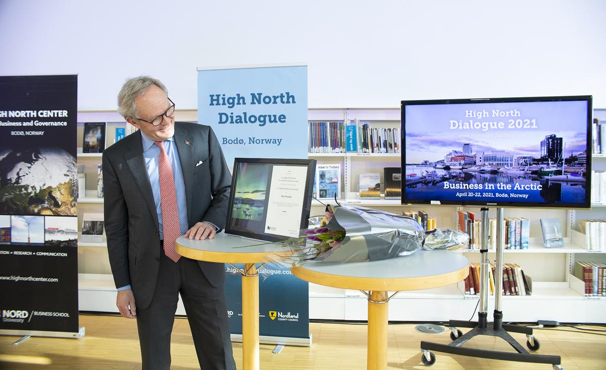 Felix Tschudi beundrer diplomet etter å ha fått prisen High North Hero 2020