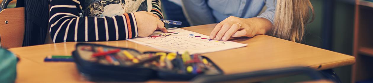 Lærer underviser elev