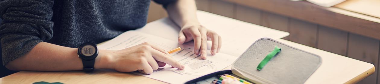 Elev løser oppgaver i matematikk