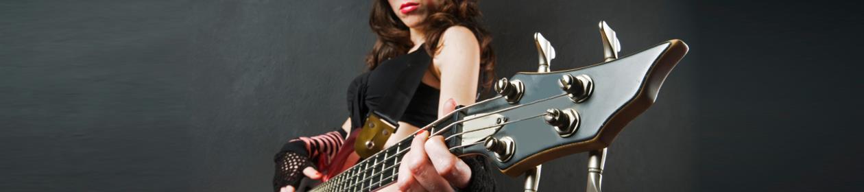 Rockedame spiller bass